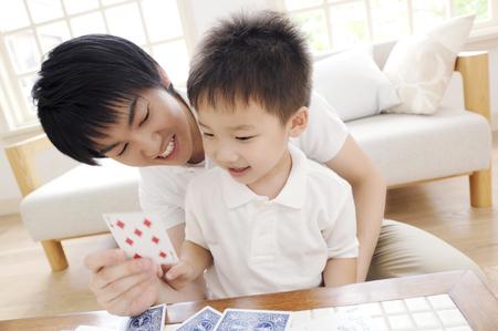 jeu de cartes: P�re et fils, jouant le jeu de cartes Banque d'images