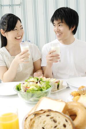 pareja comiendo: Pareja comiendo comida
