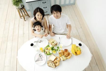 tavolo da pranzo: Famiglia intorno a un tavolo da pranzo