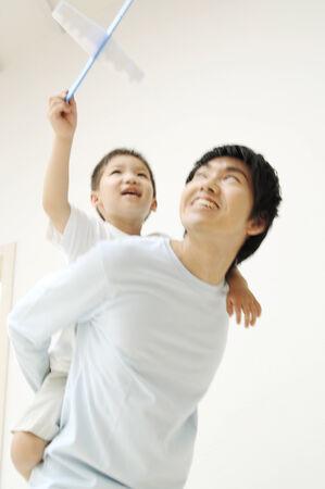 Padre e hijo jugando con juguetes Foto de archivo - 6194233