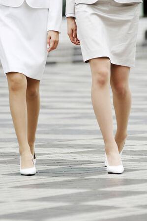 歩いて、ビジネスの女性の足