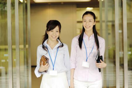 ランチに出かける女性のビジネス