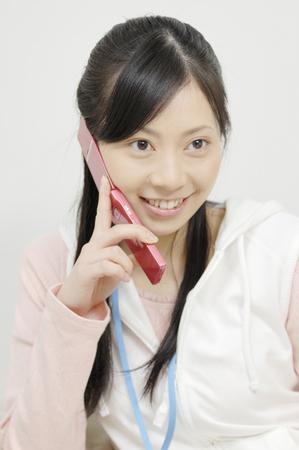 携帯電話での会話で女性