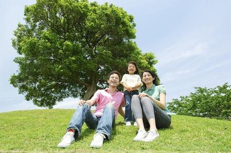 家族は、丘に座って 写真素材