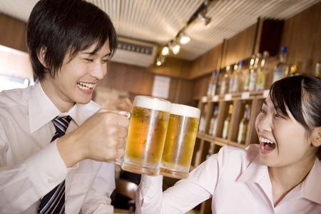 オフィス ワーカーを楽しむビールを飲む