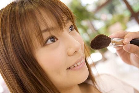 日本の女の子が化粧に置く