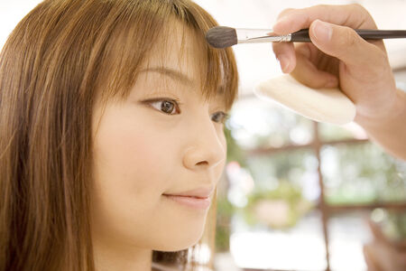 日本の女の子の化粧を置く