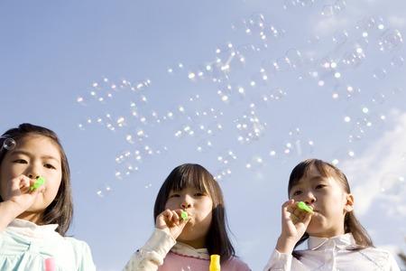 ni�as jugando: Ni�as japonesas jugando con burbujas