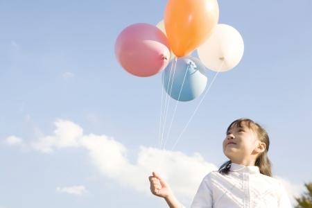 mujer hijos: Chica japonesa con globos Foto de archivo