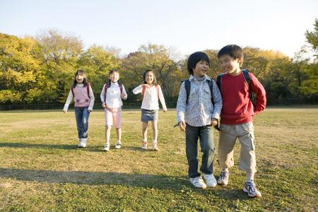 ni�os caminando: Ni�os japoneses que caminar a trav�s del Parque