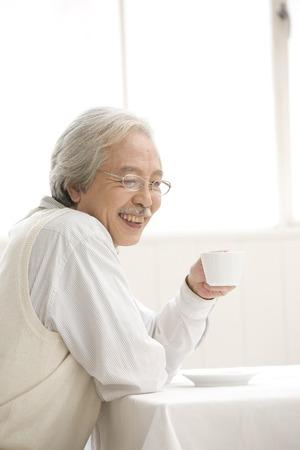 hombre tomando cafe: Senior man drinking coffee Foto de archivo