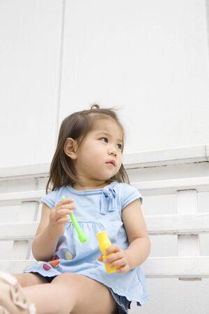 los seres vivos: Niña jugando con burbujas