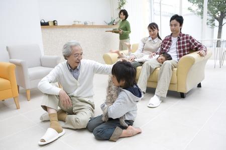 3 世代家族団欒風景。 写真素材