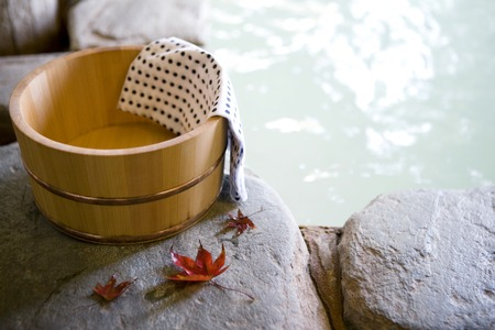 Hojas de otoño y tinas de baño al aire libre
