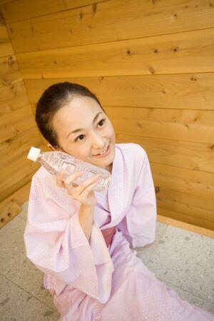 bedrock: Women who wear a plastic bottle on the cheek to bedrock Yokugo