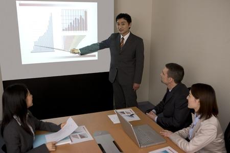 Homme d'affaires à la description dans le graphique reflété dans l'écran
