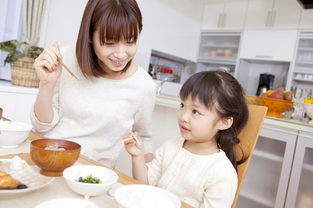 momma: Mother to teach how to use chopsticks and daughter to listen to it Stock Photo