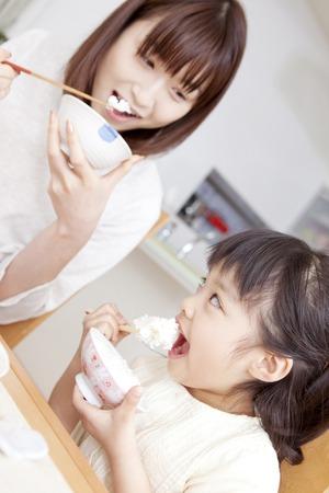 母と娘のご飯を食べる