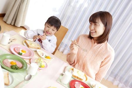 Vrouwen en meisjes genieten van een tijd van ontbijten