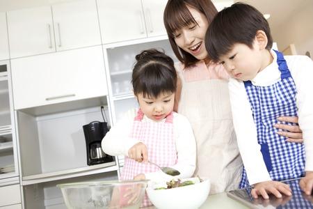 niÑos contentos: Los niños ayudan a cocinar Foto de archivo