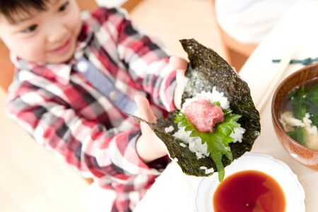 tunny: Girl to make hand-rolled sushi