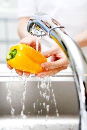 agua grifo: Las mujeres lavan las verduras Foto de archivo