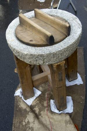 木製のテーブルの上の石造りの工場。