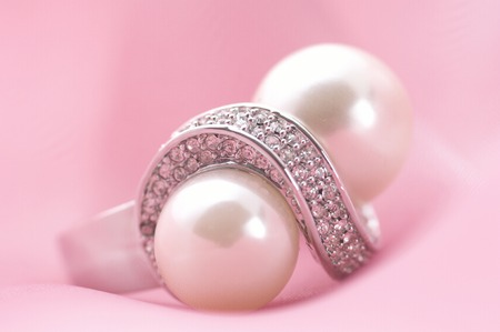 gorgeousness: The accessory made by silver and peals on the pink cloth.