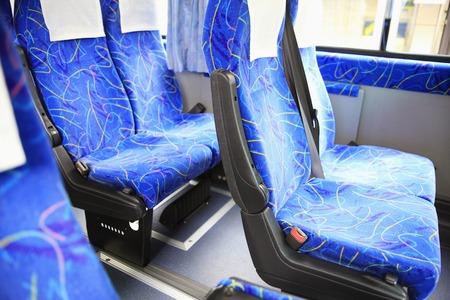 空港でのバスのいくつかの座席。