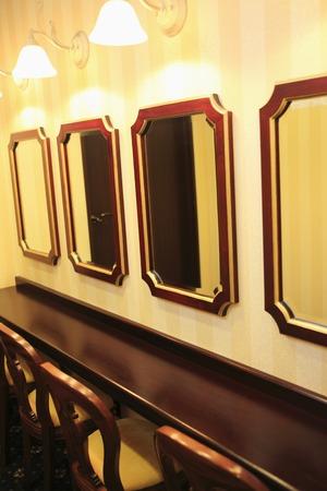 powder room: Reflejar en la habitaci�n de polvo y presidir. Foto de archivo