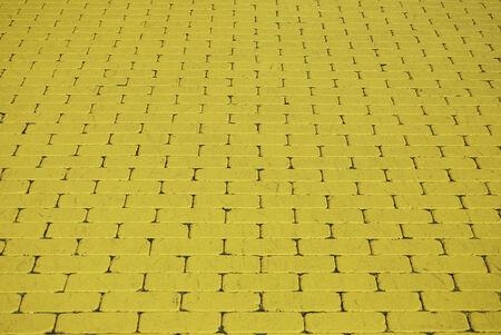 床の上の黄色いレンガがたくさん。