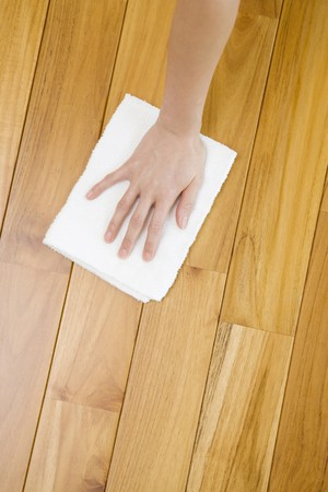 mujer limpiando: Seewping de la mano un piso
