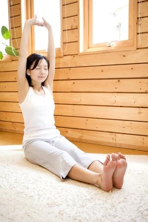 haciendo ejercicio: Mujer japonesa haciendo ejercicio