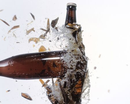 2 つのビールのボトルを粉砕