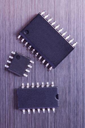紫の色の 3 つの異なるサイズの IC チップ 写真素材