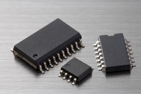3 つの異なるサイズの IC チップの