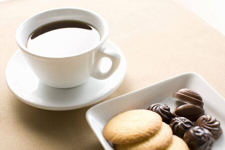 木製のテーブル上の cookie とコーヒーのカップ