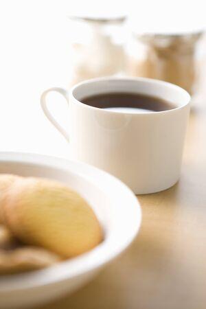 コーヒーとクッキーはテーブルの上の白いカップ