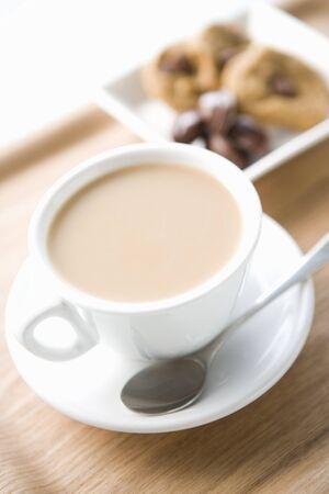 木製トレイ上の cookie とカフェオレ