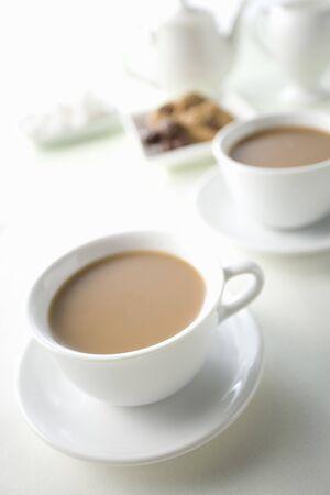 カフェオレとクッキーの 2 つのカップ