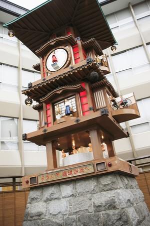 관광지에서 큰 클래식 메커니즘 시계.