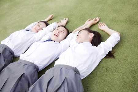 High school girls to be plops itself down in the schoolyard Banque d'images