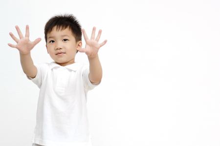 ser humano: El muchacho extendió las manos