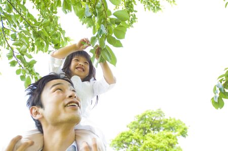 love very: Girl grab the leaves is a piggyback on his father