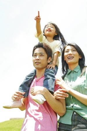 Madre in piedi accanto a padre e figlia di spalle Archivio Fotografico - 43859007