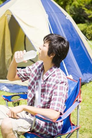 rehydration: Men who drink bottled water Stock Photo