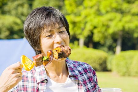 munching: Man to stuff oneself a barbecue of meat
