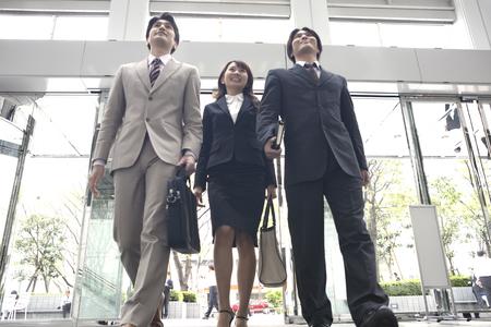 Gli uomini d'affari di andare fuori per affari