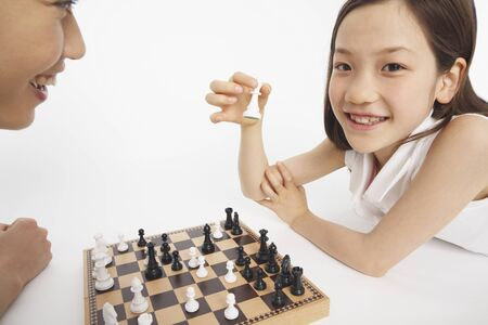mother love: Father and daughter to the chess