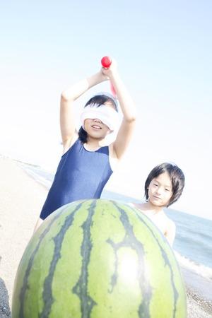 splitting: Girl to a watermelon splitting